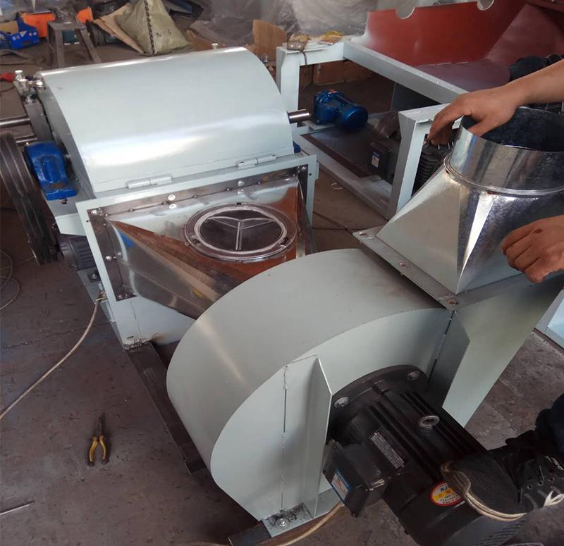 恒鑫泰小型开松机正常运作中